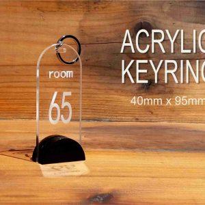 Hotelski privezak za ključeve hp 65, urađen od akrilnog stakla Plexiglasa,sa izgraviranim brojem sobe, jednostrani. Mogućnost personalizacije uz dogovor.