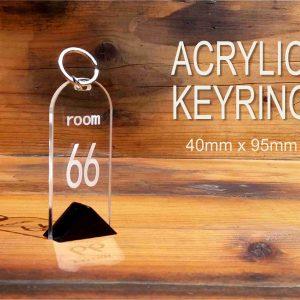 Hotelski privezak za ključeve hp 66 urađen od akrilnog stakla Plexiglasa,sa izgraviranim brojem sobe, jednostrani. Mogućnost personalizacije uz dogovor.