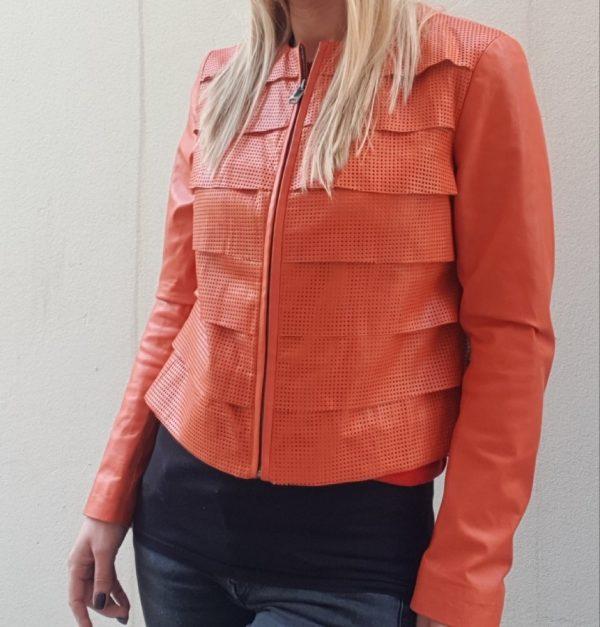 Narandžasta kožna jakna sa rupicama